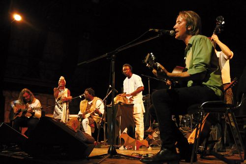 Alba Griot Ensemble Blends Celtic and Malian Influences on 'The Darkness Between the Leaves'