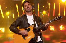 Jake Owen Lights Up 'Kimmel' With Performance Of 'Down to the Honkytonk': Watch