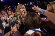 Taylor Swift Thanks Fans For Her 'Delicate' Pop Radio Achievement: 'You Guys Astonish Me'