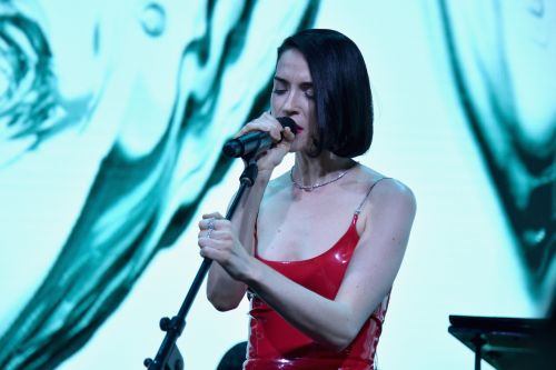 """Watch St. Vincent Cover Lou Reed's """"Perfect Day"""" In Brooklyn"""