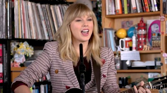 Watch Taylor Swift Display Her Craft In A Great Stripped-Down Tiny Desk Concert