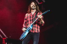 "Foo Fighters cover Metallica's ""Enter Sandman"" with 7-year-old fan on guitar"