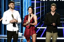 The Chainsmokers & Halsey Pay Tribute to Avicii at 2018 Billboard Music Awards